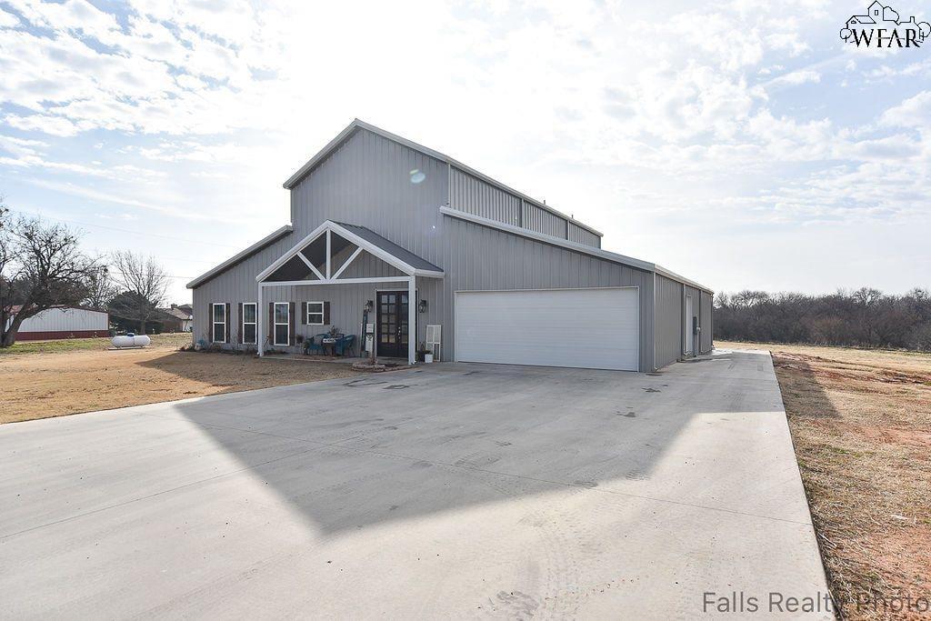 Burkburnett, TX 3bed 2bath 2030sqft 1.4acre Barn Home