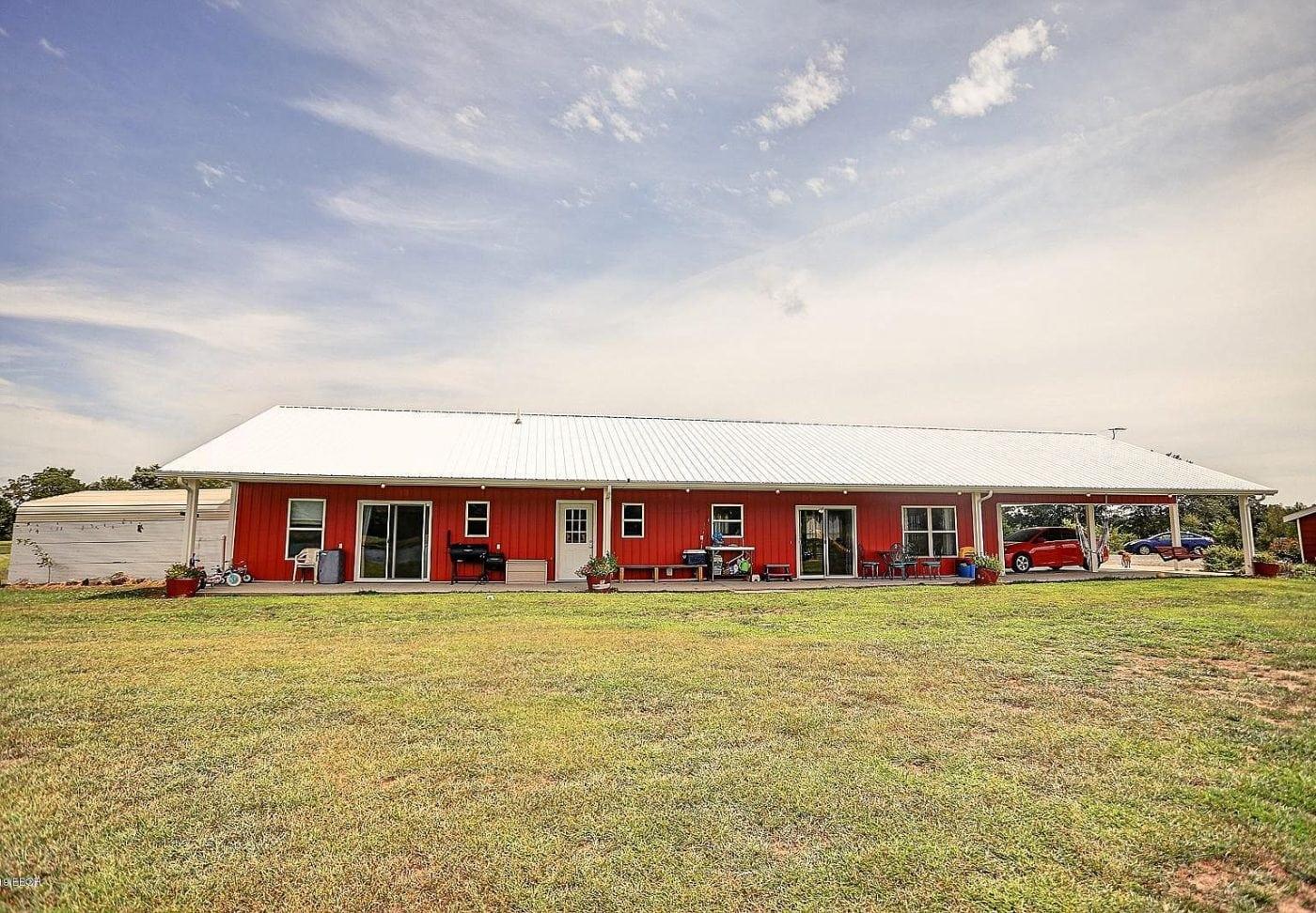 Pinckneyville, Illinois barn house